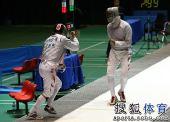 图文:全锦赛男佩团体决赛 同时庆祝自己得分