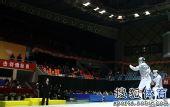 图文:击剑全锦赛男佩团体决赛 等待裁判判决