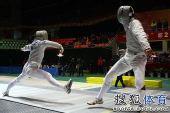 图文:击剑全锦赛男佩团体决赛 选手前冲进攻