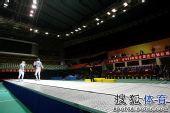 图文:全锦赛男佩团体决赛 选手目光投向裁判
