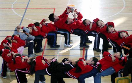 十八区县小学生参加趣味运动会