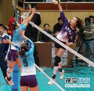 图文:天津女排3-2八一 殷娜杨娅男防守陈瑶