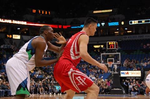 图文:[NBA]火箭VS森林狼 姚明遭遇中国功夫防守