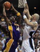 图文:[NBA]湖人VS魔术 科比上篮例无虚发