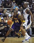 图文:[NBA]湖人VS魔术 科比标志性动作突破