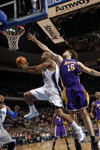 图文:[NBA]湖人VS魔术 加索尔黄雀在后