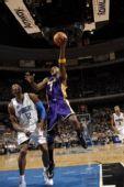 图文:[NBA]湖人VS魔术 奥多姆篮下出手