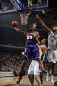图文:[NBA]湖人VS魔术 科比滑翔上篮