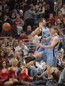 图文:[NBA]公牛VS爵士 科沃尔外线分球