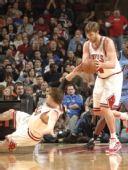 图文:[NBA]公牛VS爵士 诺西奥尼滑倒