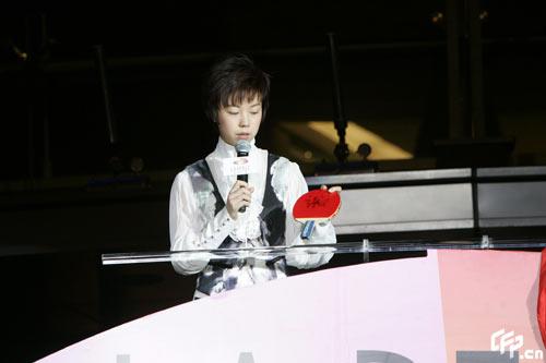 图文:张怡宁出席庆典派对 一姐展示签名球拍
