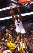 图文:[NBA]步行者负76人 拉什灌篮