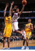 图文:[NBA]步行者负76人 米勒上篮