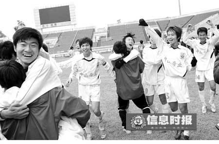比赛哨响,日之泉队员兴奋无比,欢呼晋级成功。廖艺 摄
