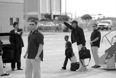 □12月20日,在美国夏威夷的火奴鲁鲁,美国当选总统奥巴马(右二)与女儿走下飞机。 新华社/路透