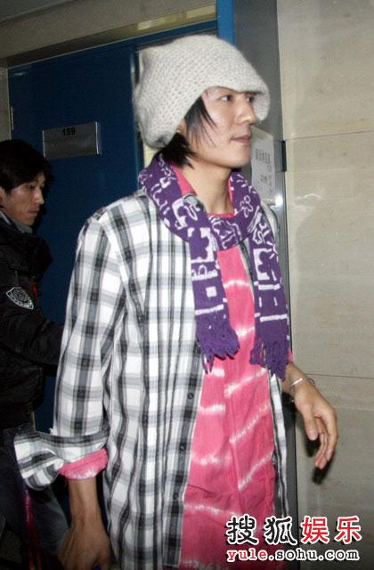 朴树在后台,当晚他就是这样一身登台,里面的桃红色衬衣和吴晓敏的外套一个颜色
