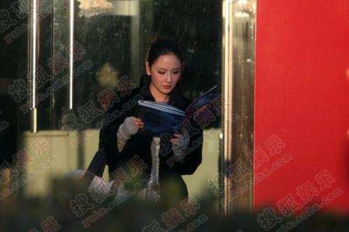 孙宁寒风中认真读刚得到的宣传册