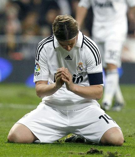 古蒂跪地祈祷