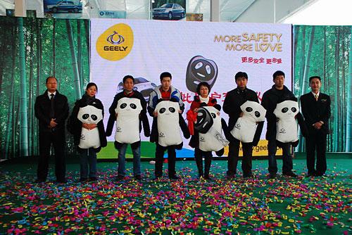 图二 河北首批吉利熊猫用户拿到爱车
