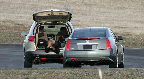 赛道上趴在前车后备箱里拍CTS-V的记者非常敬业,不过这姿势一定很高清图片