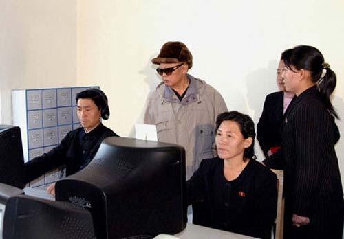 朝鲜官方媒体朝中社近日公布了一系列金正日的视察照片,照片显示金正日在观看网络人员将朝鲜劳动党宣传媒体《劳动新闻》的12月16日版编排成电子版。
