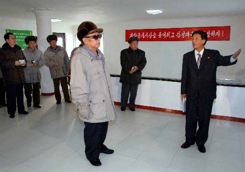 朝鲜最高领导人金正日(前)在朝鲜北部地区慈江道图书馆视察。朝鲜《劳动新闻》17日报道,朝鲜最高领导人金正日近日在视察北部地区慈江道江界市时强调,要把发展信息技术作为国家最重要的任务抓紧抓好,以促进国民经济各部门的信息化改造。