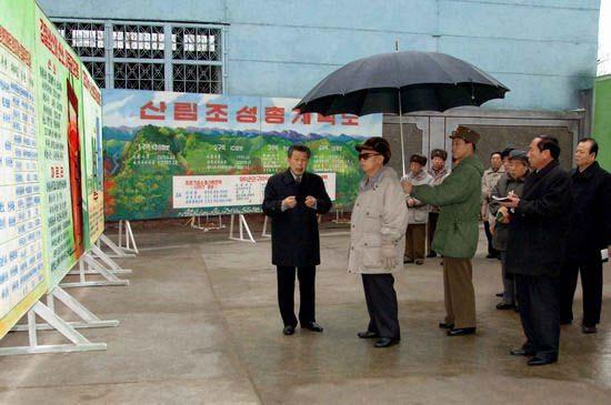 """图为:朝中社提供的金正日(左二)在""""2月炼钢联合企业""""听取汇报的图片。朝鲜中央通讯社(朝中社)12月18日报道,朝鲜最高领导人金正日近日视察了一家钢铁厂。"""