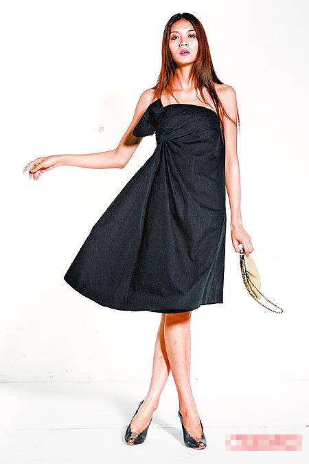她喜欢这件立体扇形褶洋装。洋装2万4833元、包1万2042元