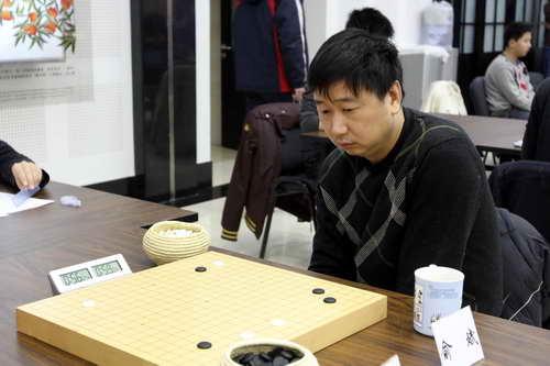 图文:第九届理光杯开战 老将俞斌九段在比赛中