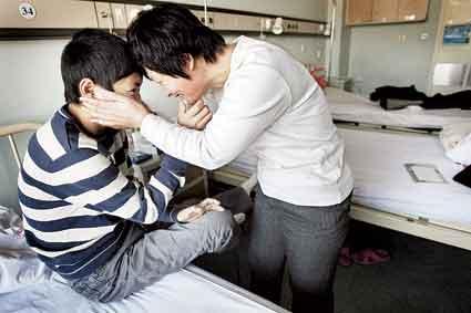 手术前,母子俩相互鼓励,祈祷手术成功 摄/记者黑克