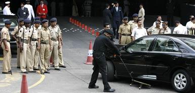 警员严阵以待,贵宾进入仍需严密检查。