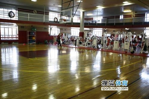 图文:姚易大战火箭赛前训练 火箭队赛前训练场