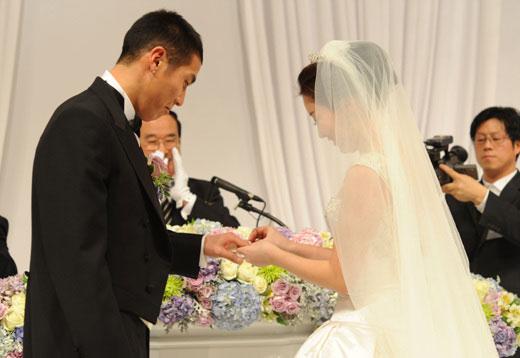 车斗理(左,德乙球队TuS)于22日下午在首尔论岘洞皇宫饭店同申慧星(音,右)举行了婚礼。
