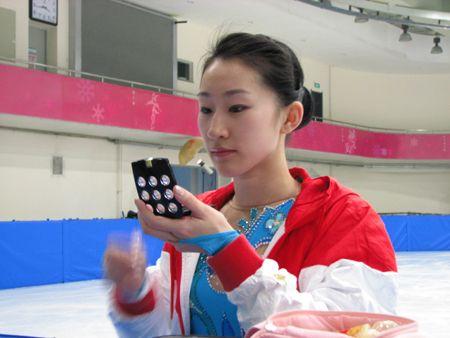 图文:花滑美女冰上惊艳写真 刘艳对镜贴花黄