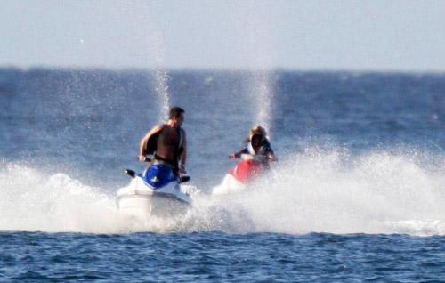 西蒙-科维尔和他的前女友Sinitta一起在巴巴多斯滑水