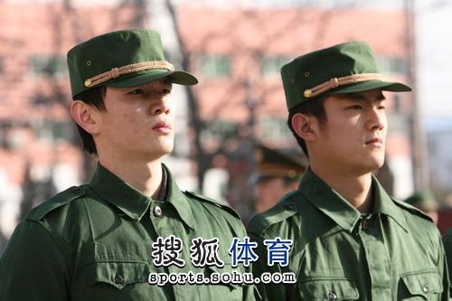 图文:国羽寒风中军训 鲍春来(左)和谌龙