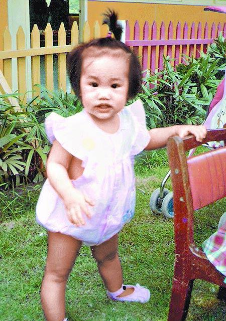 1岁的杨丞琳眼睛圆滚滚,鼻子却扁塌。