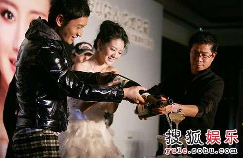安以轩签约华谊记者会,与黄晓明、王中军一同倒香槟