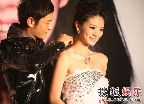 黄晓明代表公司给安以轩戴上项链