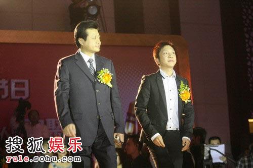 图:2008金话筒奖颁奖礼现场 主持人走金光大道
