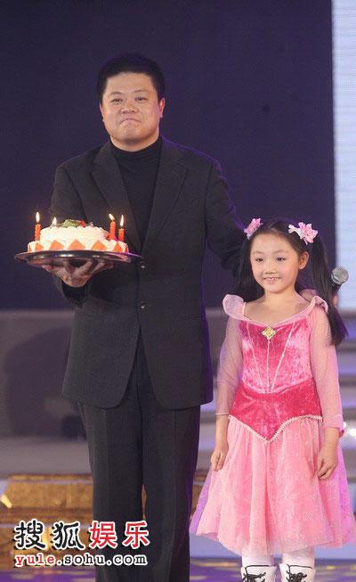 图:2008金话筒奖 马东手捧蛋糕