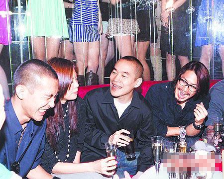"""黄立行(左起)、杨韵禾、黄立成、吴建豪常在自家夜店""""Primo""""玩乐"""