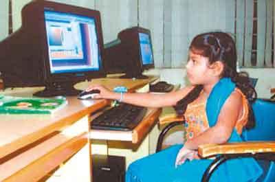 拉维纳什利在电脑上操练