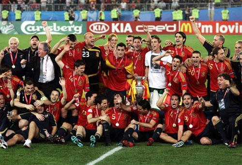 西班牙庆祝获得冠军
