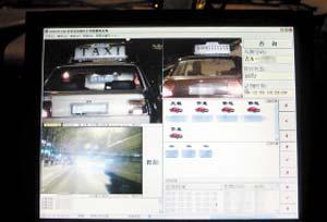 动态识别系统抓拍来往车辆 本报记者 车英 摄