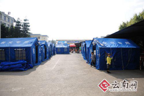 救灾帐篷已经搭建就绪 思治明摄影