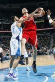 图文:[NBA]火箭VS黄蜂 钱德勒阻击姚明