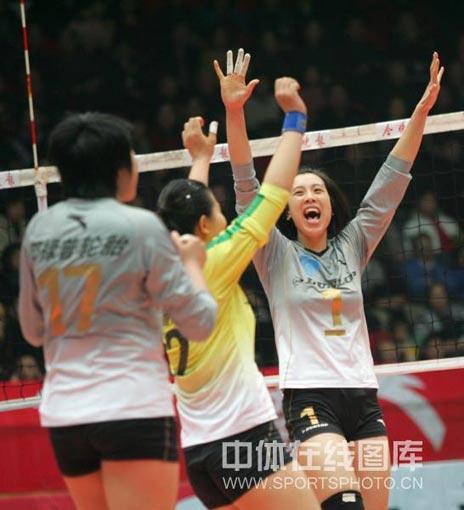 图文:天津女排1-3负上海 何晴庆祝