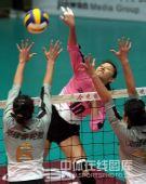 图文:天津女排1-3负上海 李娟大力扣球