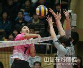 图文:天津女排1-3负上海 殷娜网上扣球